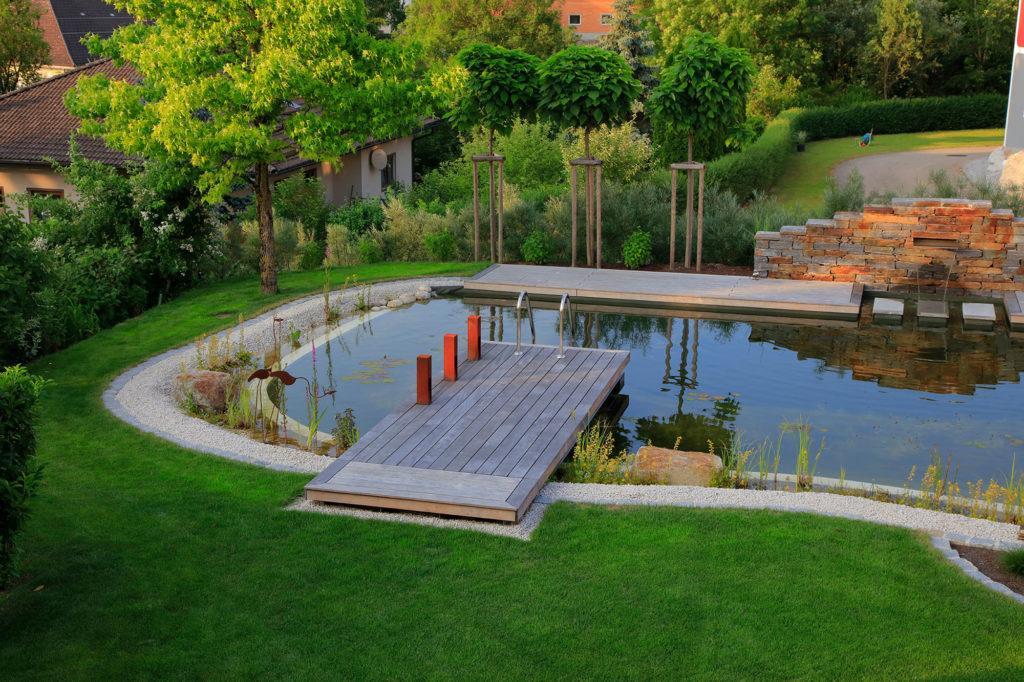 FREIRAUM Swimming Pond mit Holzsteg