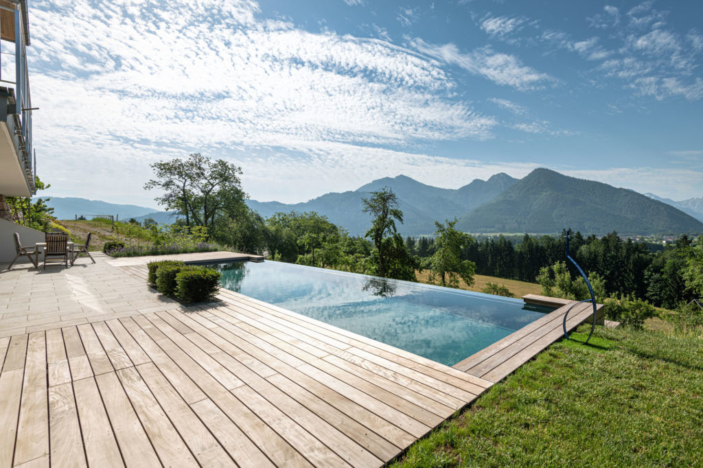 FREIRAUM Pool mit Holdeck IPE Travertin