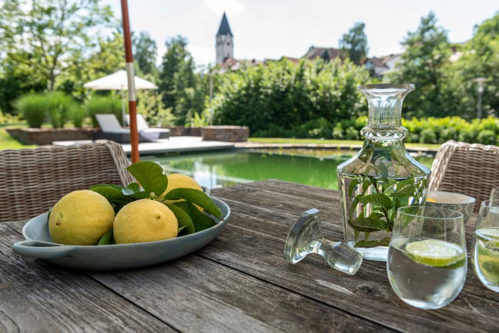 FREIRAUM Zitronenwasser Holztisch