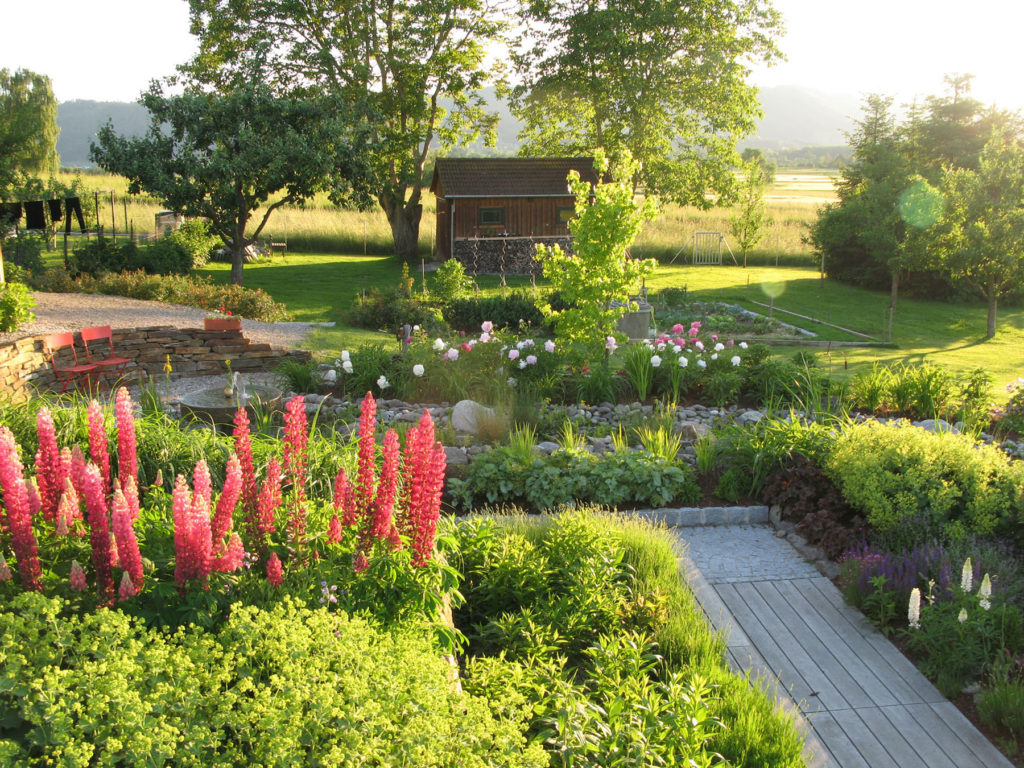 FREIRAUM Garten mit Blumenbeet