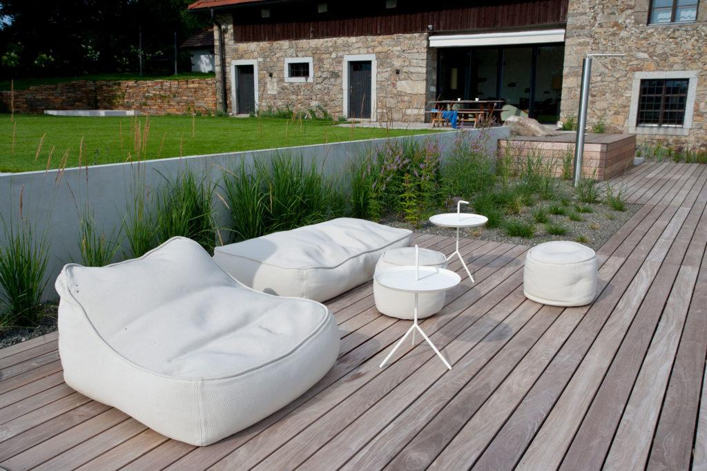 FREIRAUM Holzterasse mit Sitzlounge
