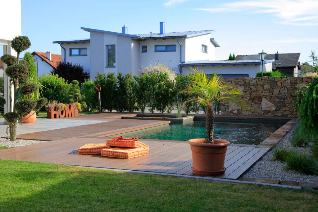Freiraum Garten mit Biopool und Holzdeck