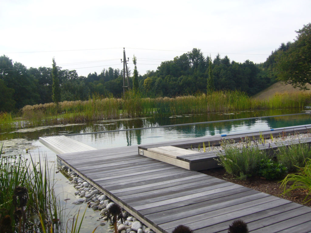 FREIRAUM Swimming Pond mit Holzdeck