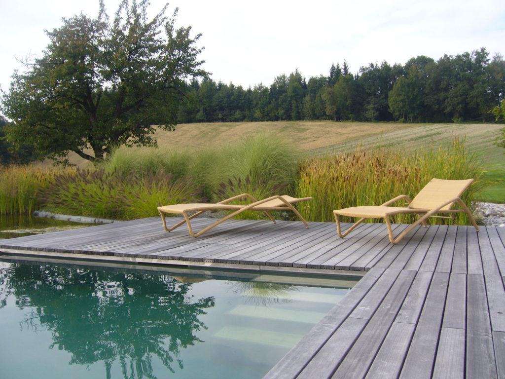 FREIRAUM Holzdeck Liegestühle an Schwimmteich