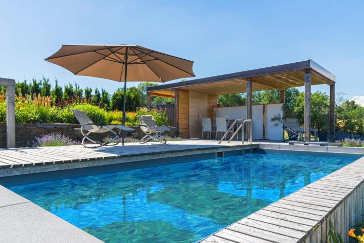FREIRAUM Pool Liegestuehle mit Sonnenschirm